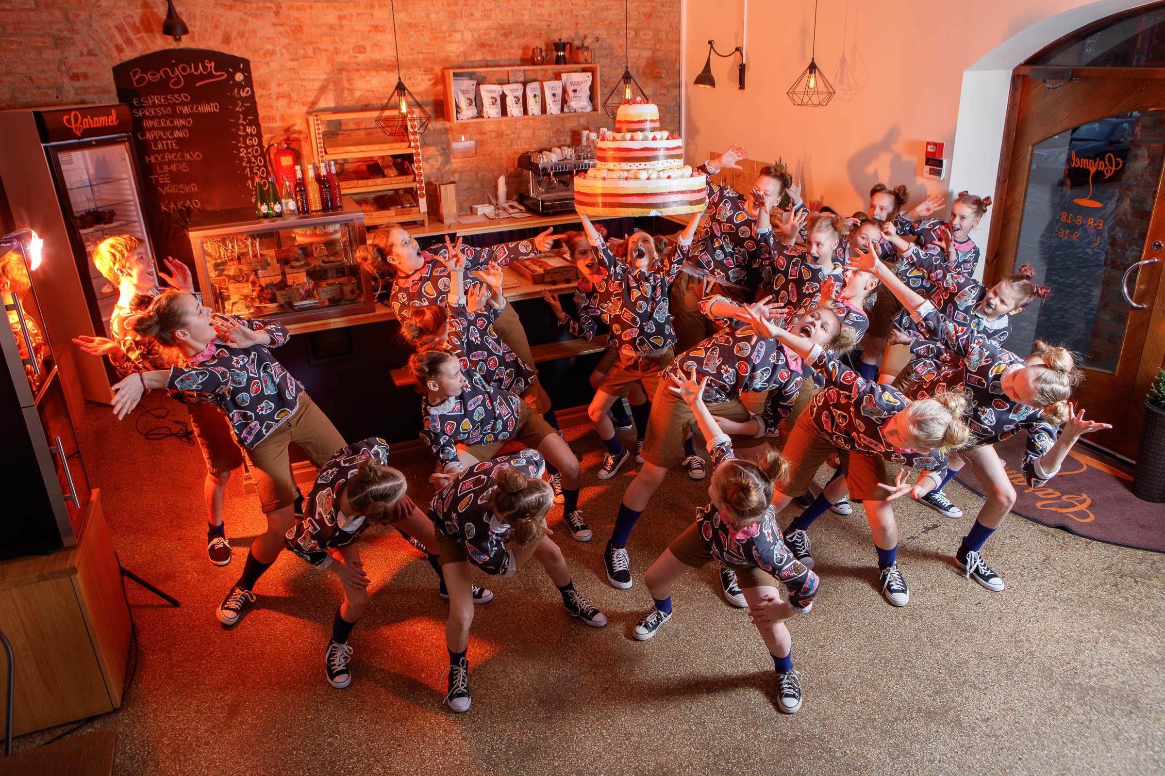 FACE-moe-ja-tantsukooli-tants-_Tort_-kohvikus-Caramel1