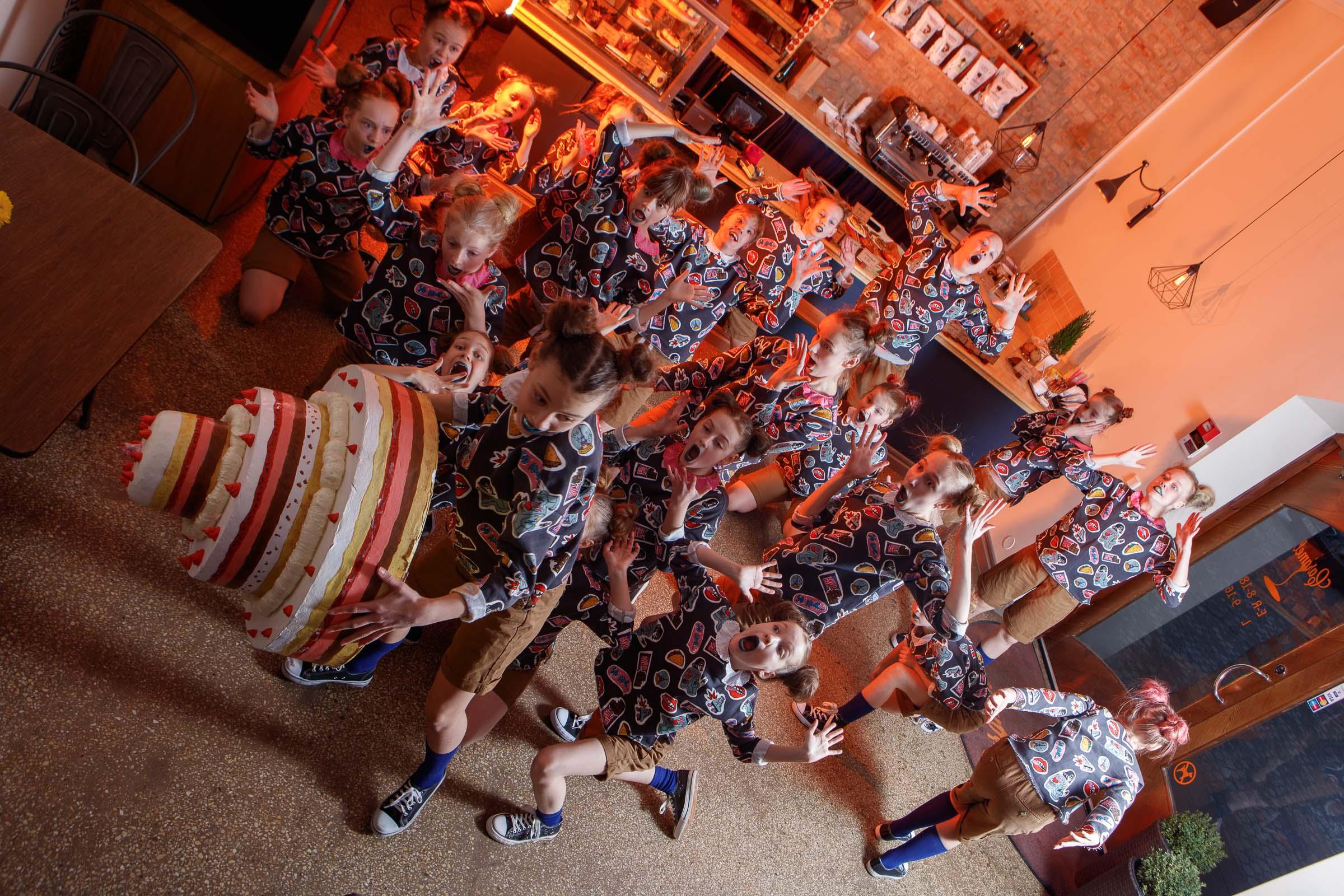 FACE-moe-ja-tantsukooli-tants-_Tort_-kohvikus-Caramel3